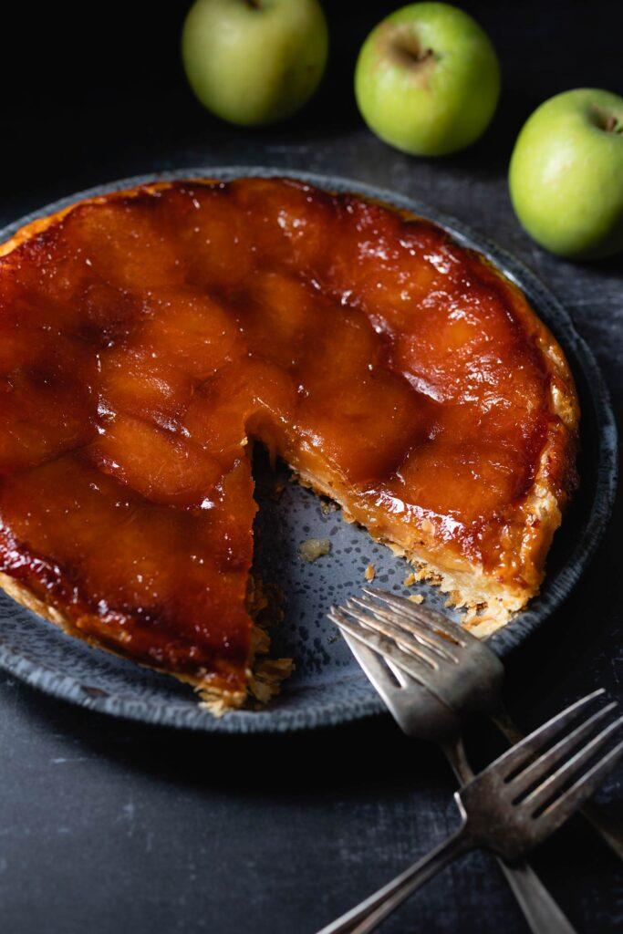 tarte tatin, apples and forks