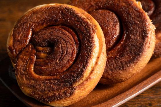zeeuwse bolussen cinnamon rolls on a wooden plate